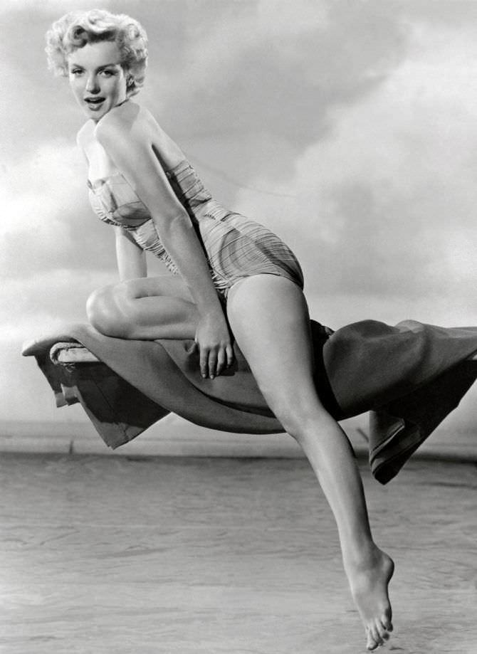 Мэрилин Монро фото на покрывале в купальнике