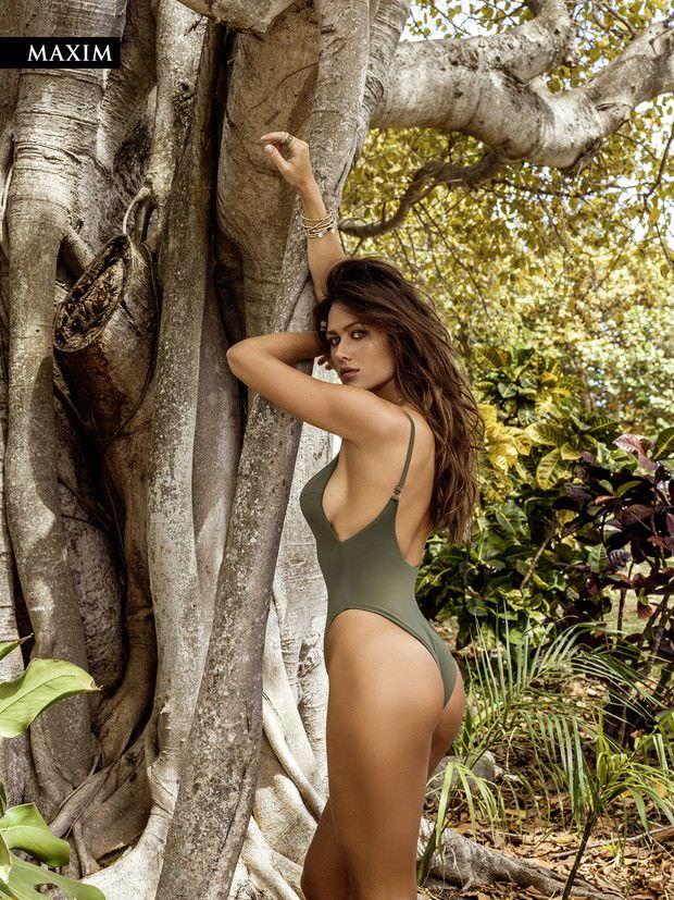 Анна Кастерова фото возле дерева