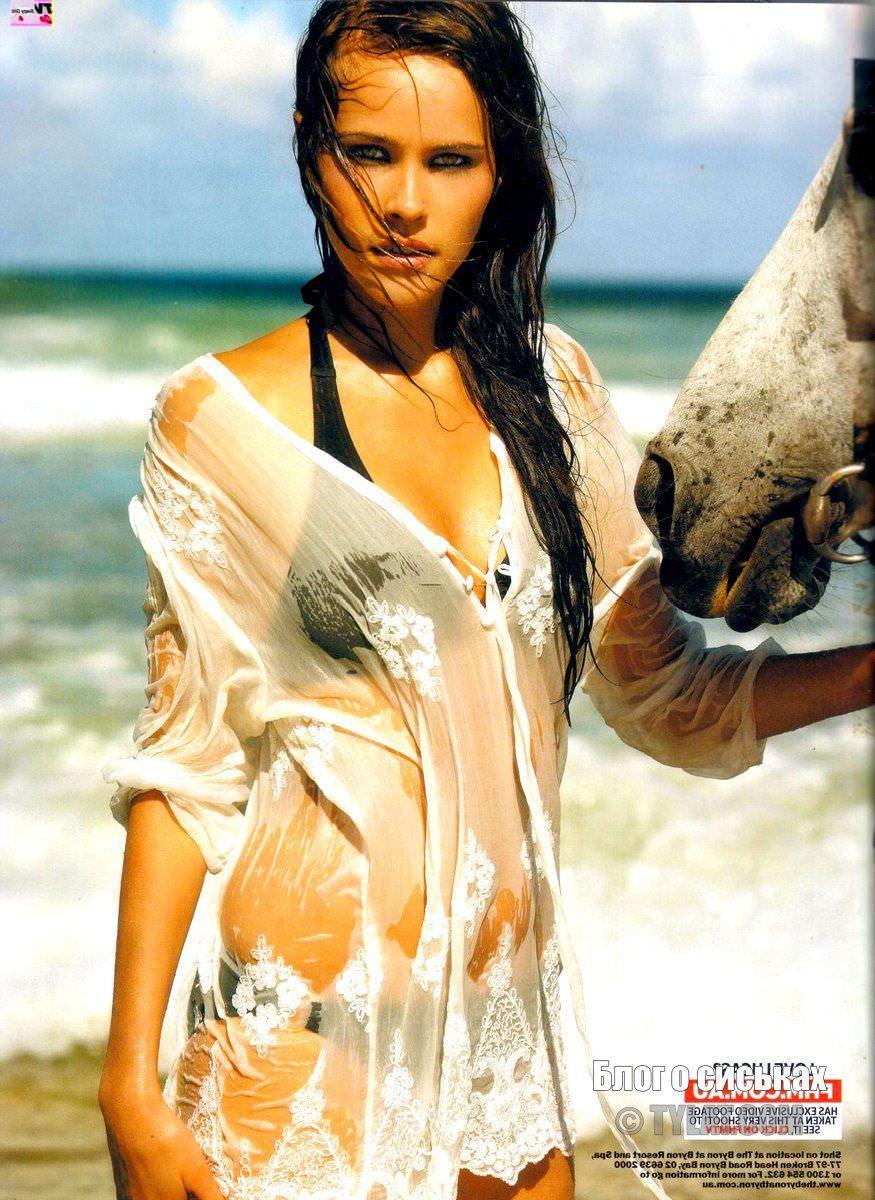 Изабель Лукас фото в мокрой рубашке