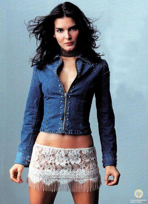 Энджи Хармон фото в юбке