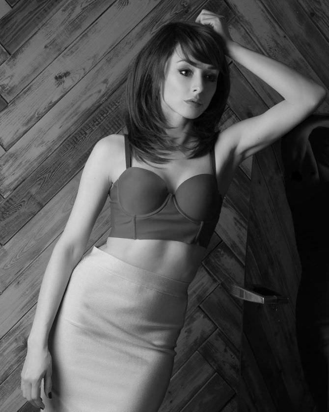 Юлия Майборода фотография в коротком топе