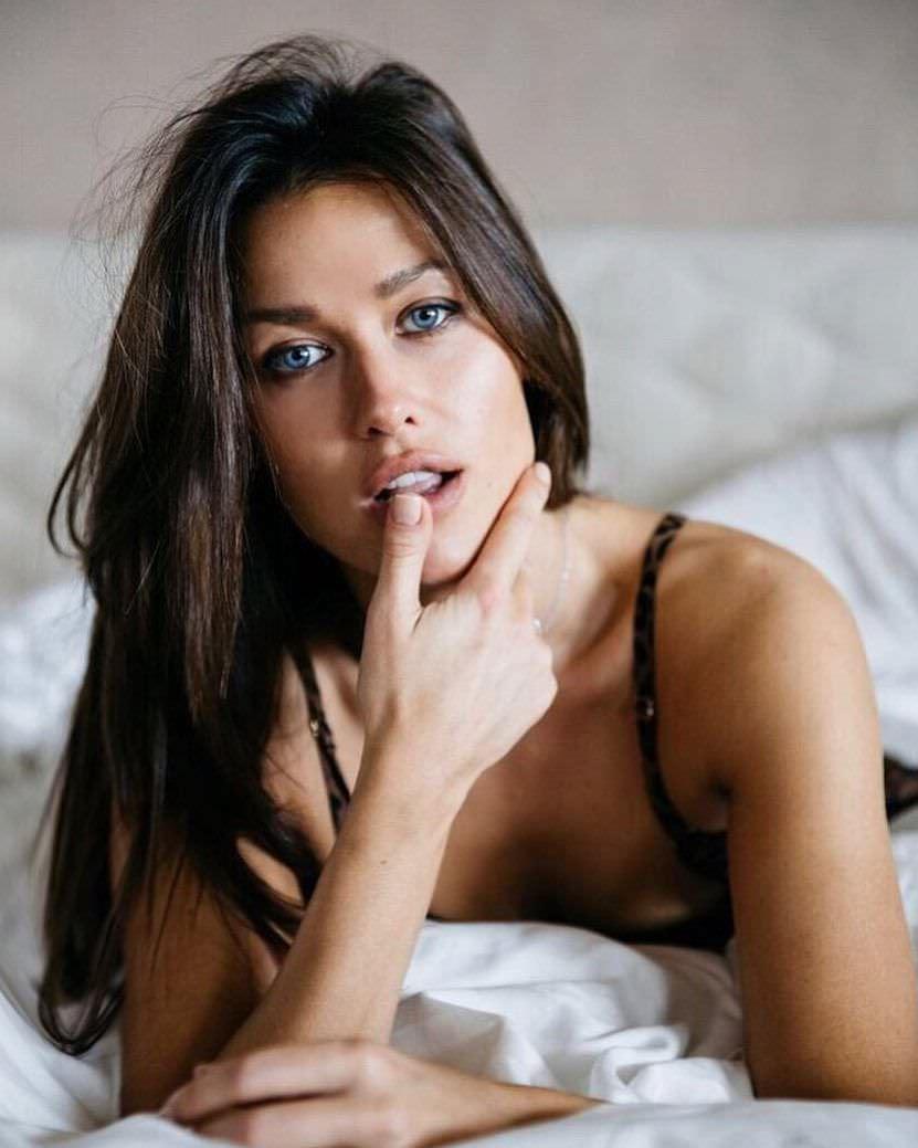 Анна Кастерова фото на кровати