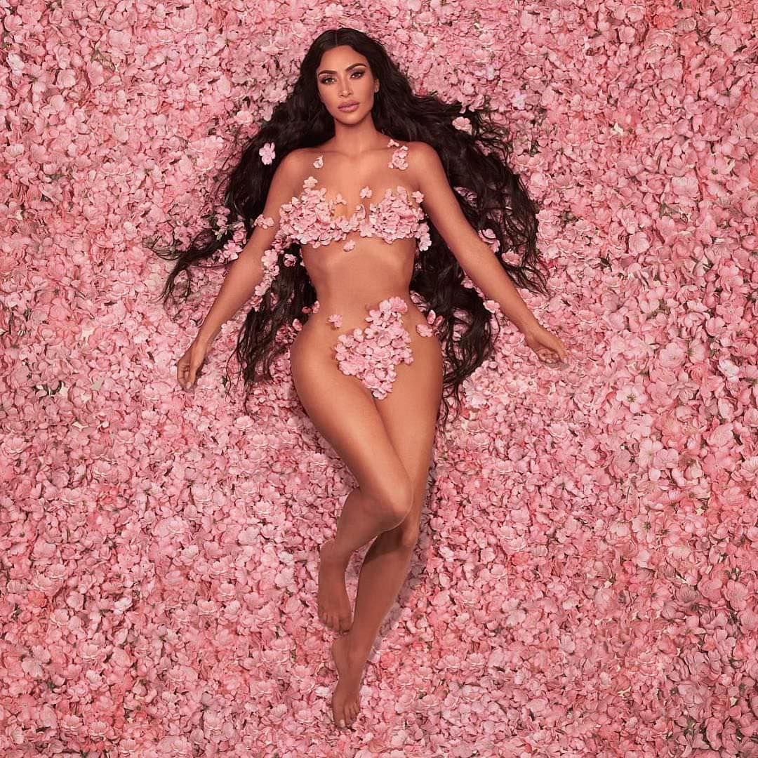 Ким Кардашян фото в цветах