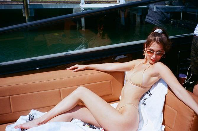 Белла Хадид фото в бежевом купальнике