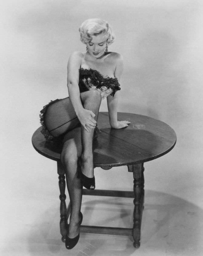 Мэрилин Монро фото в корсете и колготках