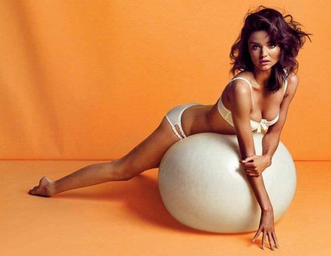 Миранда Керр фото с мячом из журнала