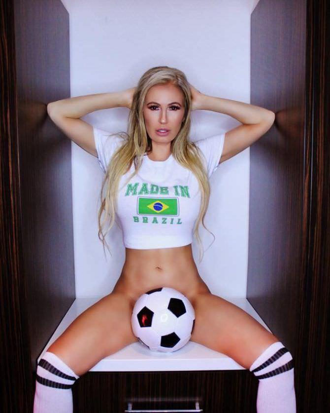 Ана Брага фото в футболке с мячиком