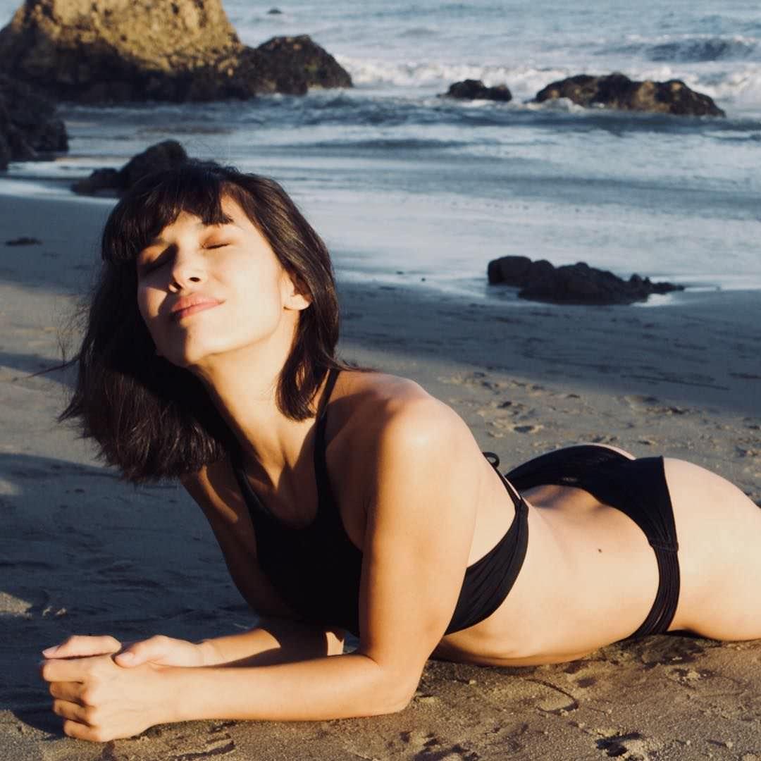 Элоди Юнг фото на песке