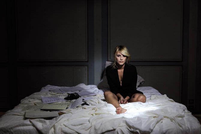 Мелани Лоран фото среди бумаг на кровати