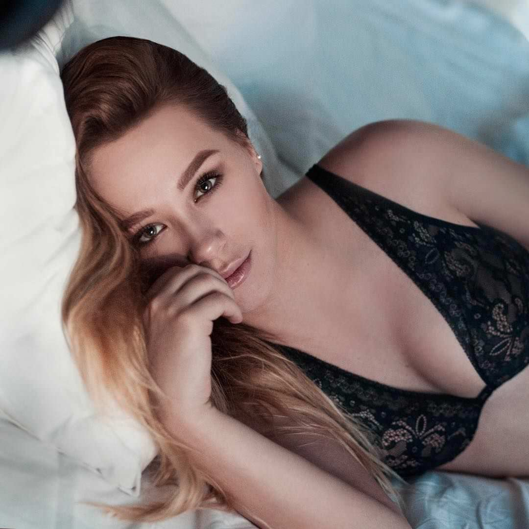 Ксения Хоффман фото на кровати