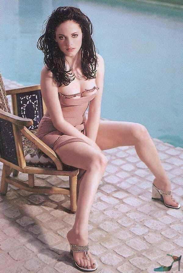 Роуз Макгоуэн фото на стуле
