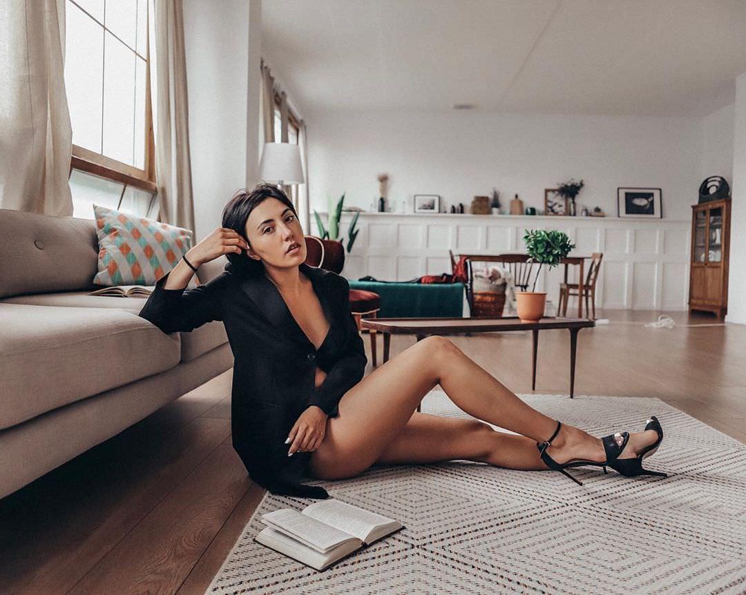 Ригина Гайсина фото возле дивана