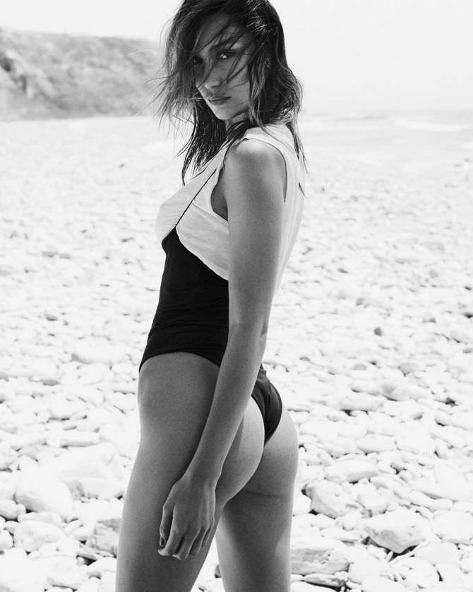 Белла Хадид фото на пляже в купальнике