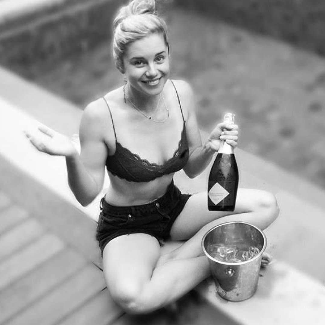 Джессика Грэйс Смит фото возле бассейна