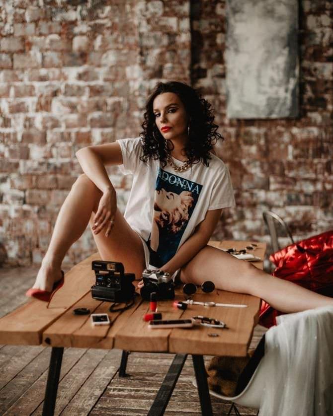 Ксения Лукьянчикова фотография в длинной футболке на столе