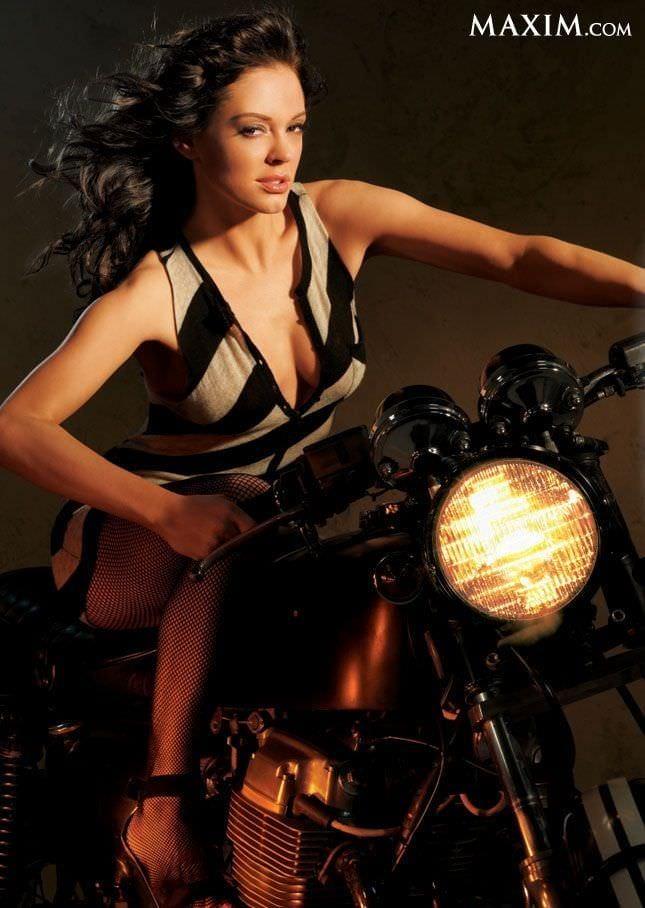 Роуз Макгоуэн фото на мотоцикле