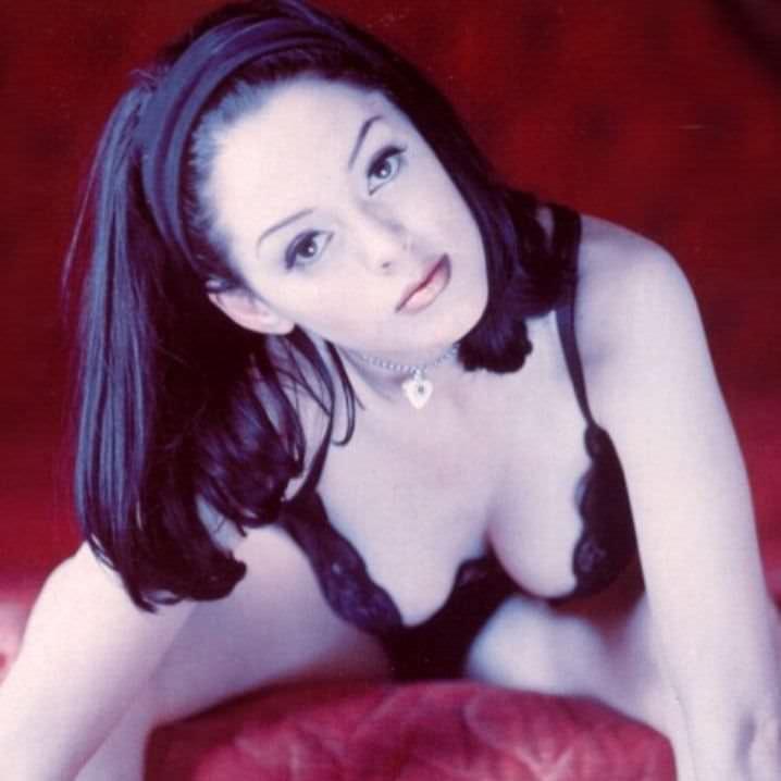 Роуз Макгоуэн фото на кровати