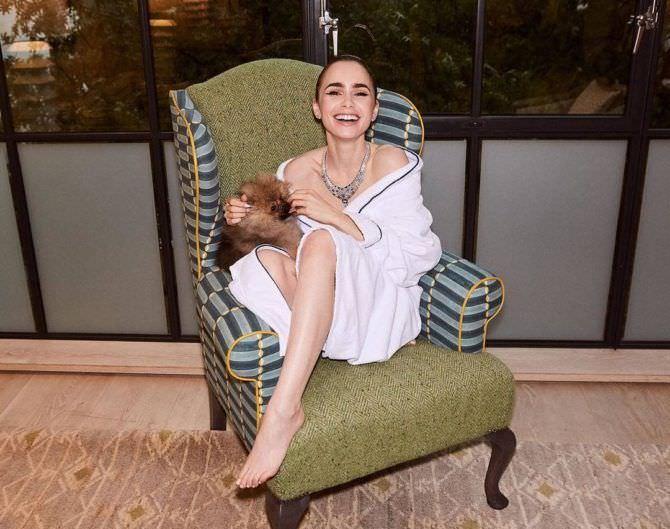 Лили Коллинз фото в кресле с собачкой