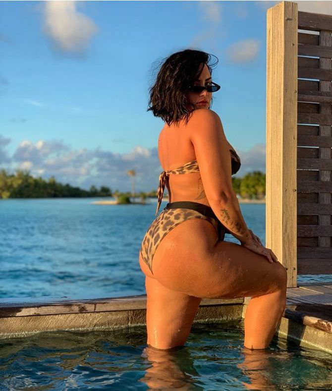 Деми Ловато фотография на пляже в бикини