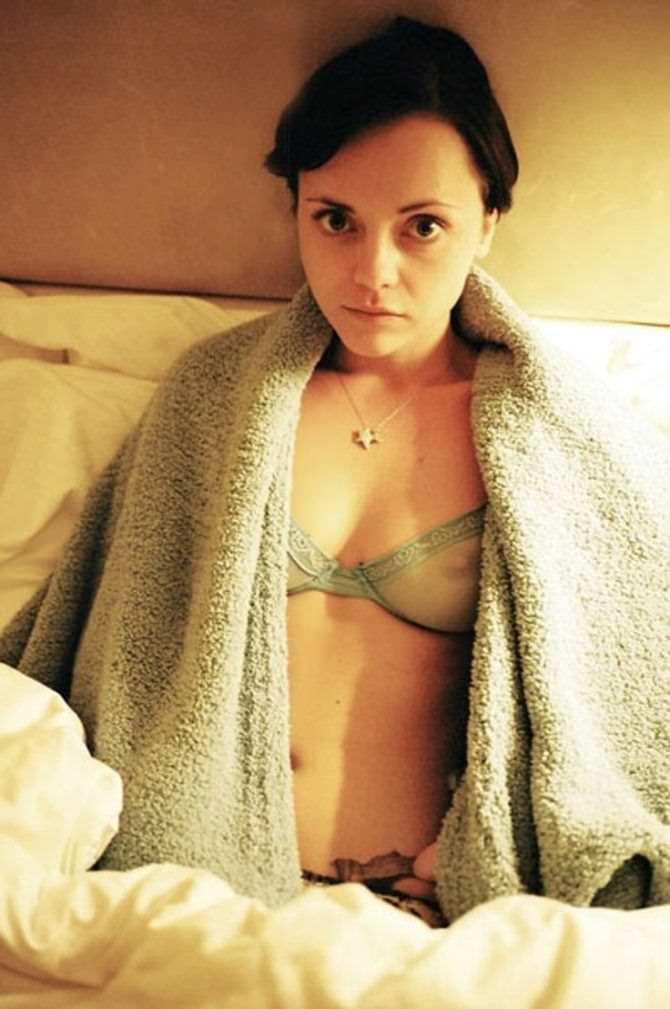 Кристина Риччи фото в нижнем белье с полотенцем