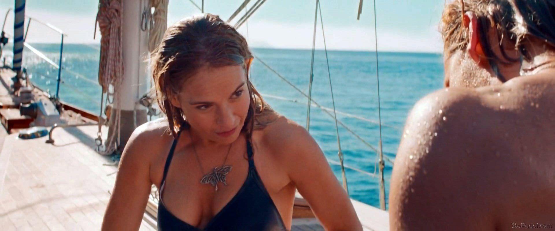 Лили Джеймс фото на яхте