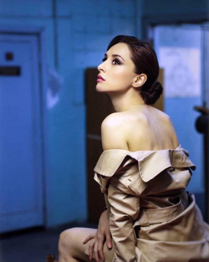 Юлия Майборода фотография в плаще в инстаграм