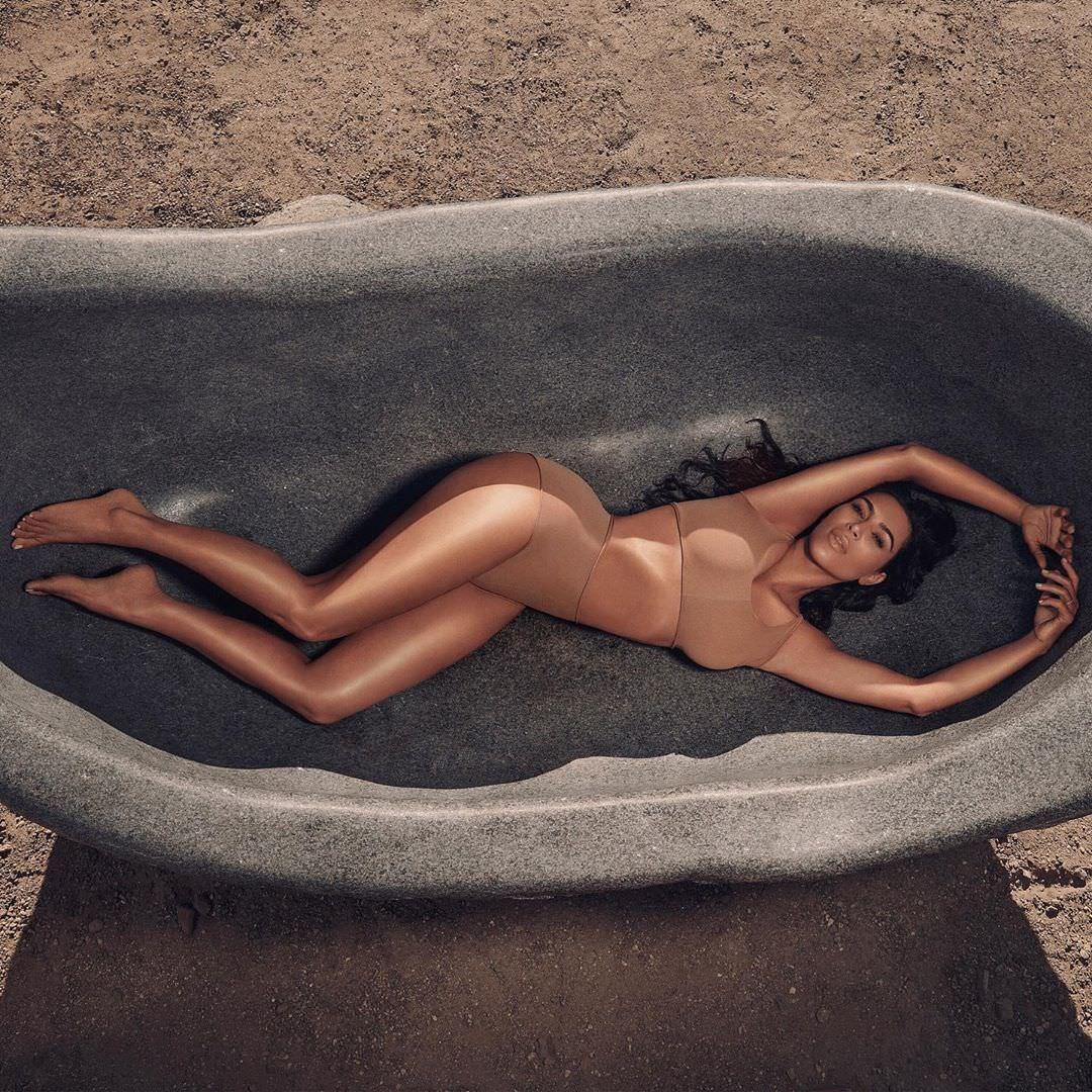 Ким Кардашян фото в каменной ванне
