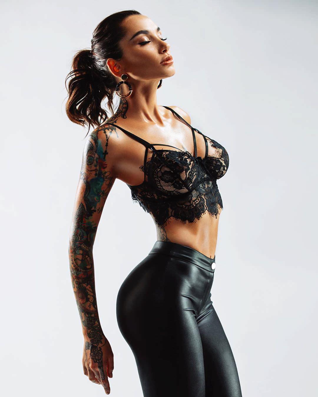 Анжелика Андерсон фото в кожаных штанах