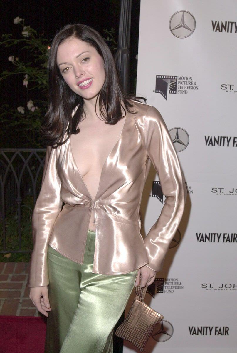 Роуз Макгоуэн фото в зеленых брюках