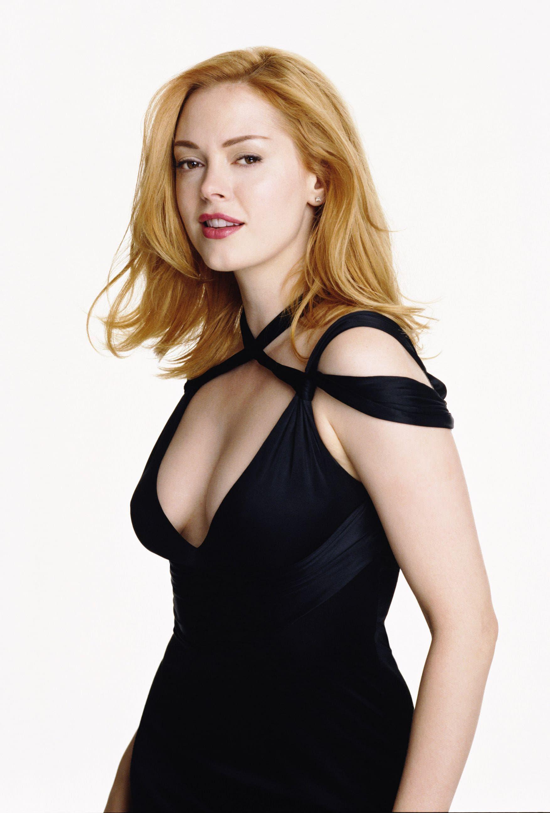 Роуз Макгоуэн фото в черном платье