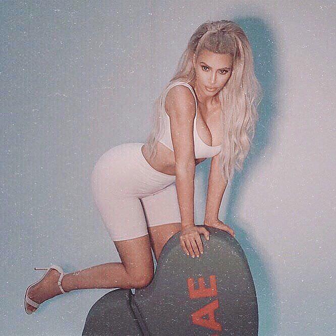Ким Кардашян фото в велосипедках