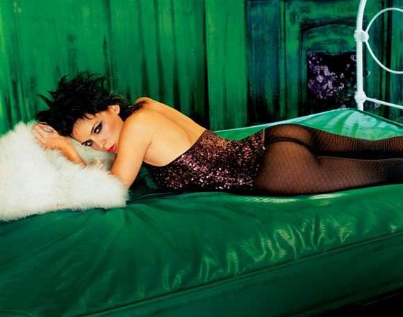 Елена Анайя фото на кровати