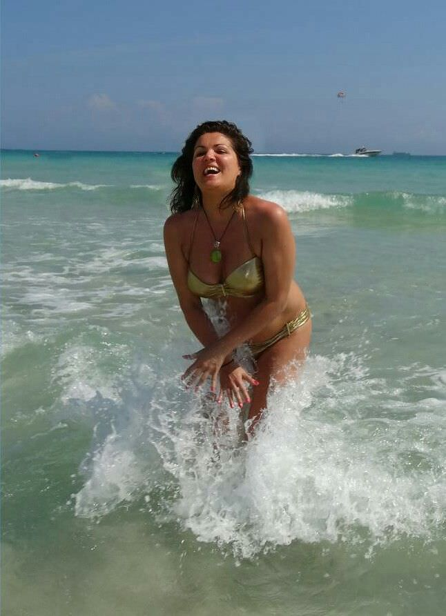 Анна Нетребко фотография на пляже в волнах