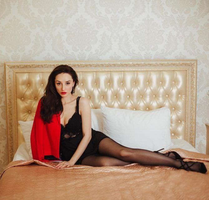 Юлия Майборода фотов красном пиджаке на кровати