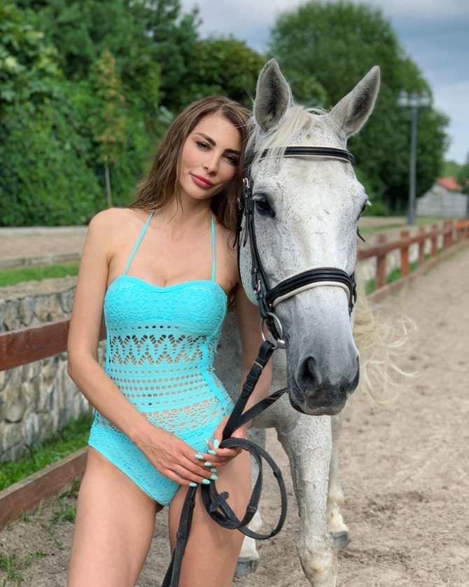 Ника Вайпер фото с лошадью