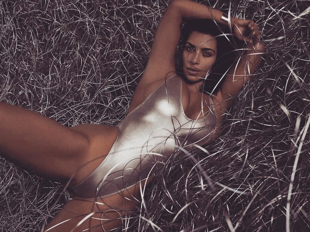 Ким Кардашян фото в траве
