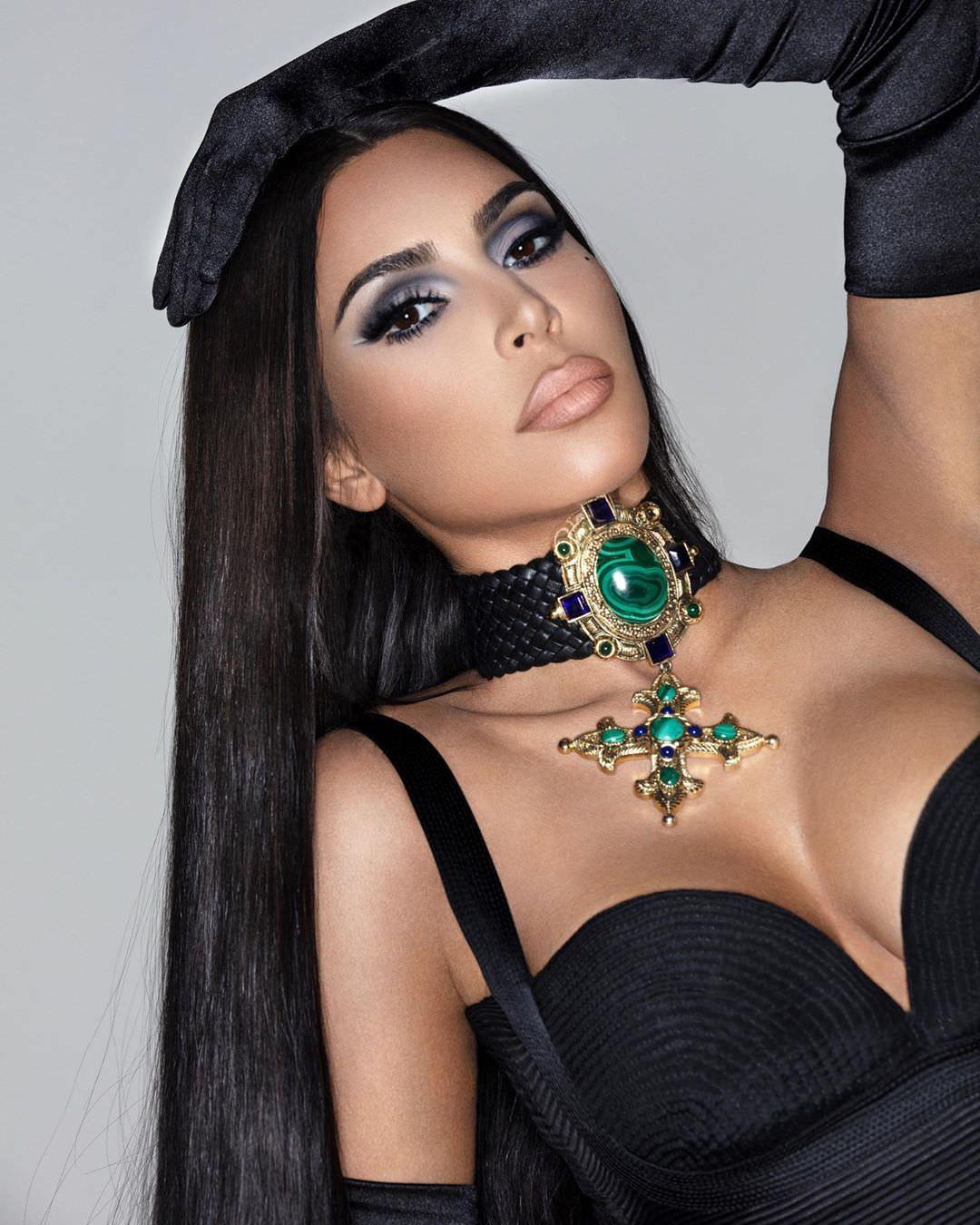 Ким Кардашян фото с чокером