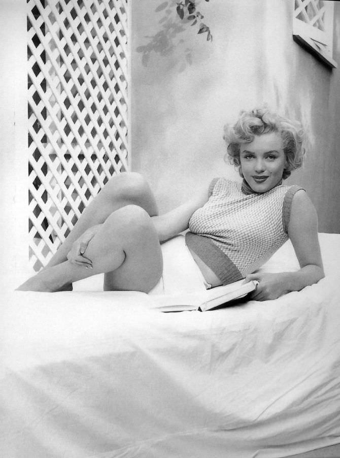 Мэрилин Монро фото на кровати в шортах