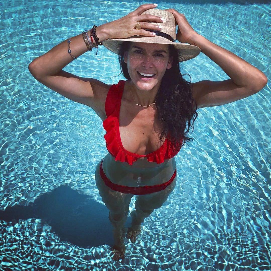 Энджи Хармон фото в красном купальнике