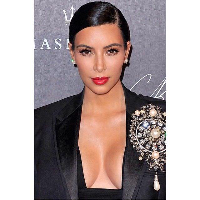 Ким Кардашян фото с ярким макияжем