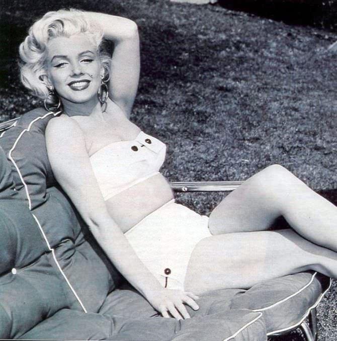 Мэрилин Монро фотография в купальнике с пуговицами