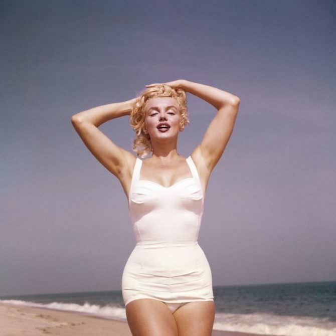 Мэрилин Монро фотосессия в белом купальнике