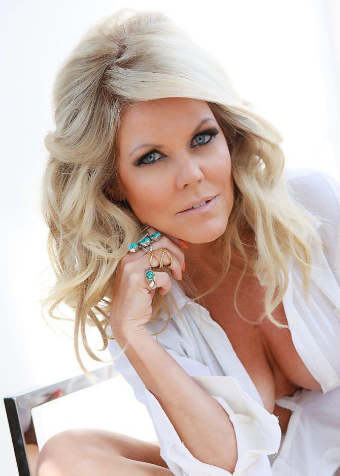 Трэйси Бердсалл фотография в белой рубашке