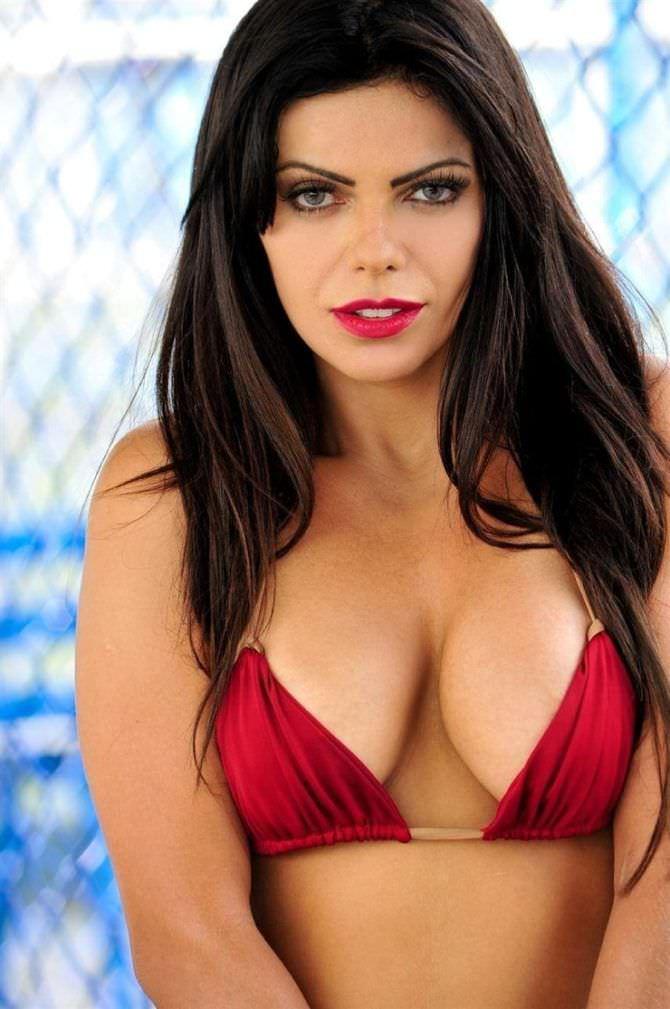 Сьюзи Кортес фотография в красном бикини