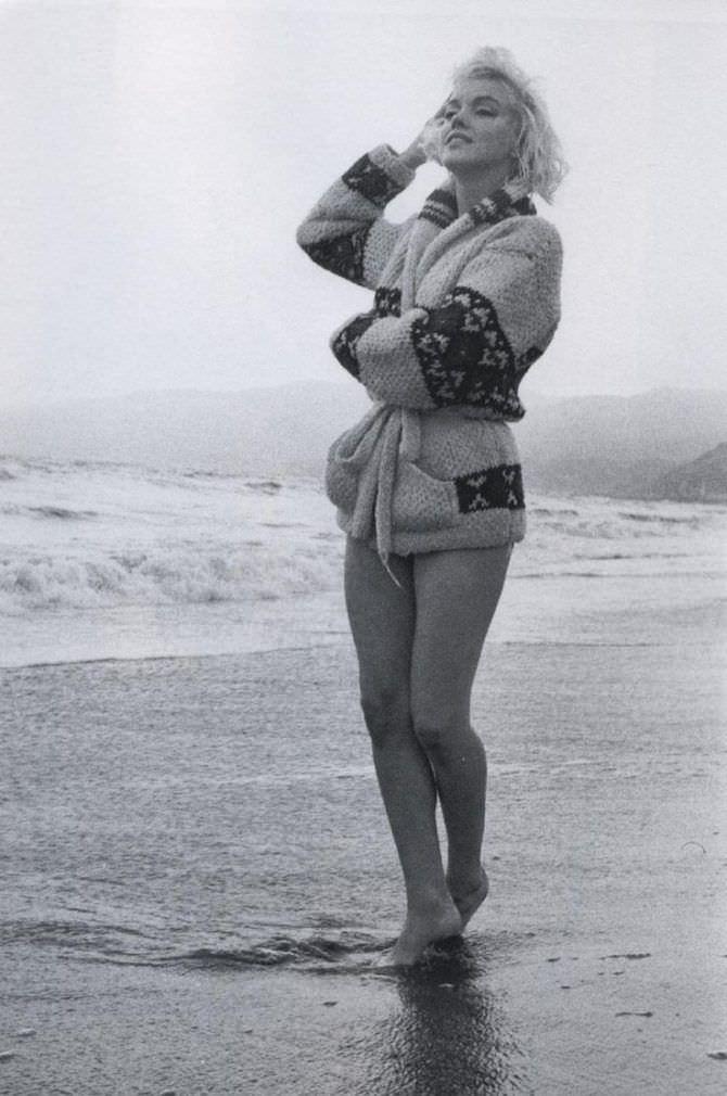 Мэрилин Монро фотография в кофте на пляже