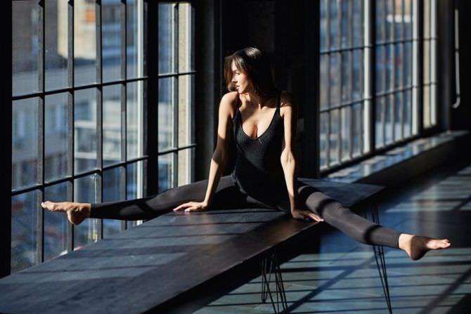 Татьяна Храмова фото в чёрном боди на шпагате