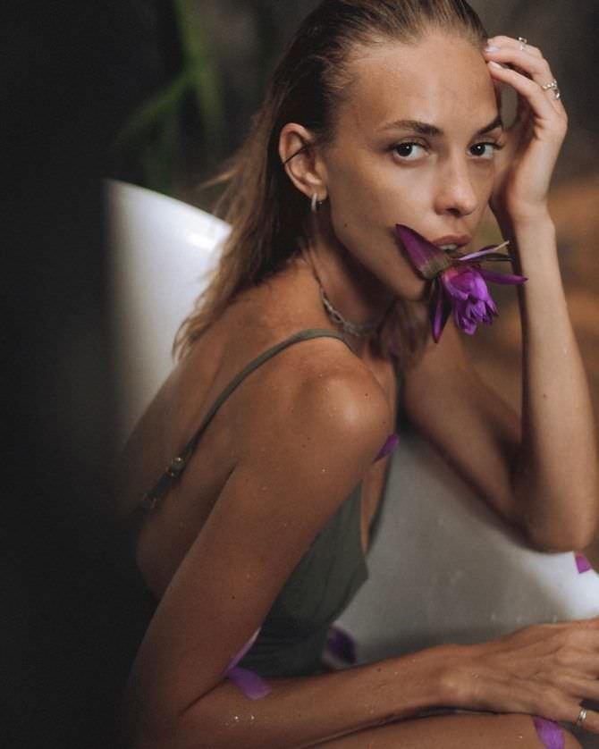 Надежда Сысоева фото с цветком во рту