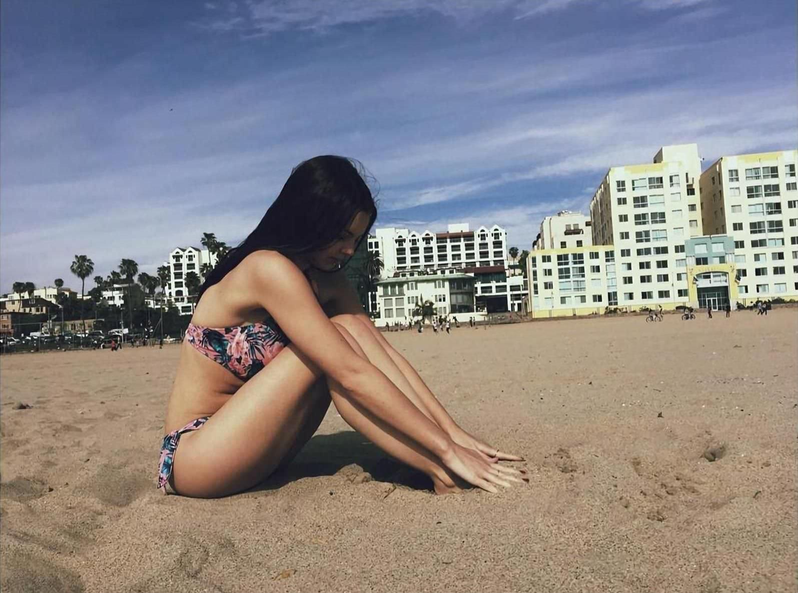 Элайн Пауэлл фото на песке