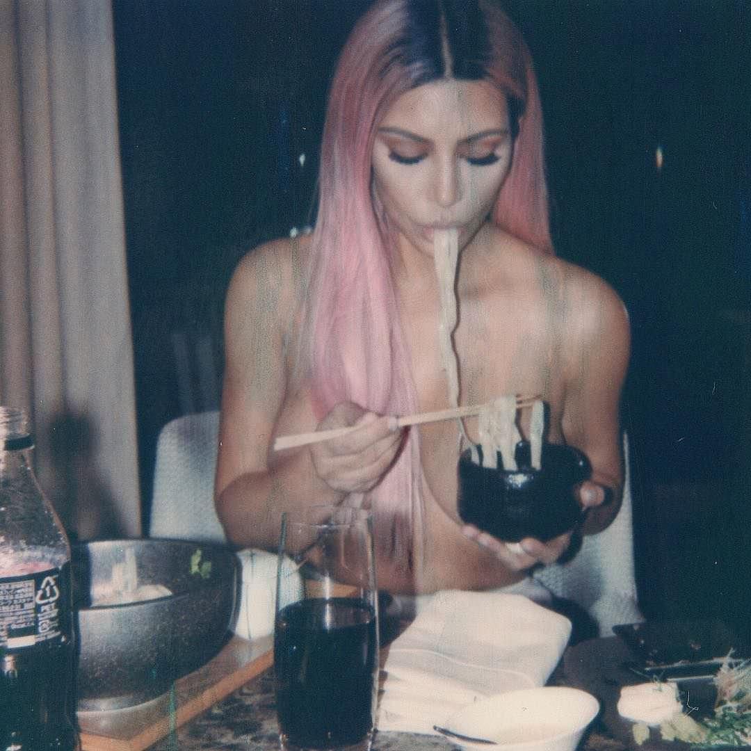 Ким Кардашян фото за столом
