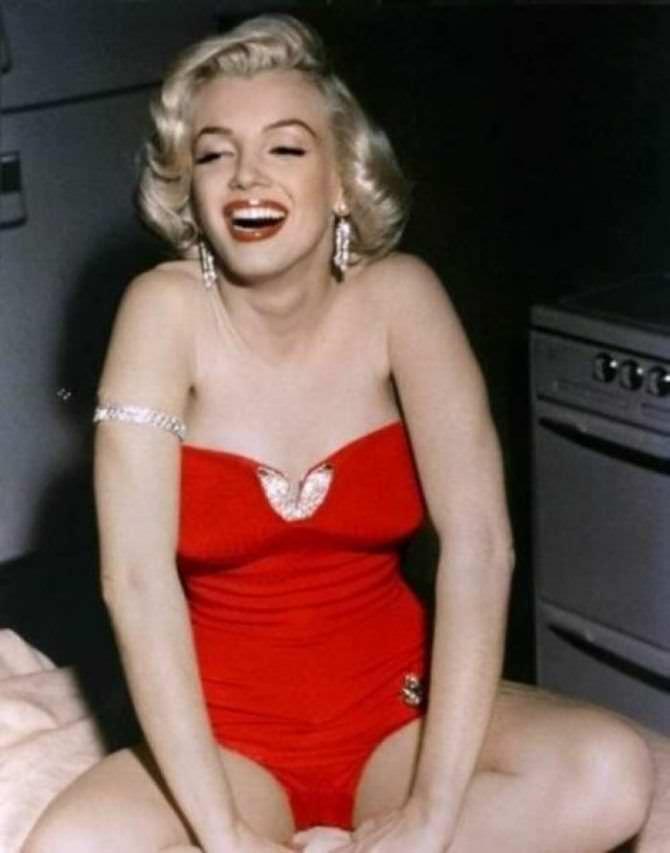 Мэрилин Монро фото в красном купальнике